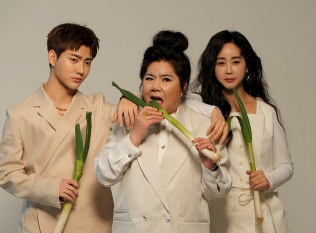 Vợ chồng Ham So Won và mẹ chồng chụp hình quảng cáo show.