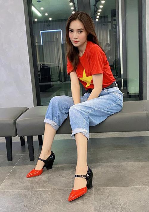 Lan Ngọc phối đồ ton-sur-ton với áo thun in quốc kỳ, quần jeans và giày hiệu Chanel.