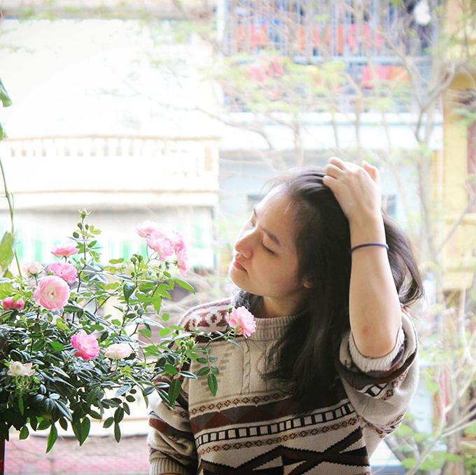 Daisy Tú Anh bên góc ban công đầy hoa.