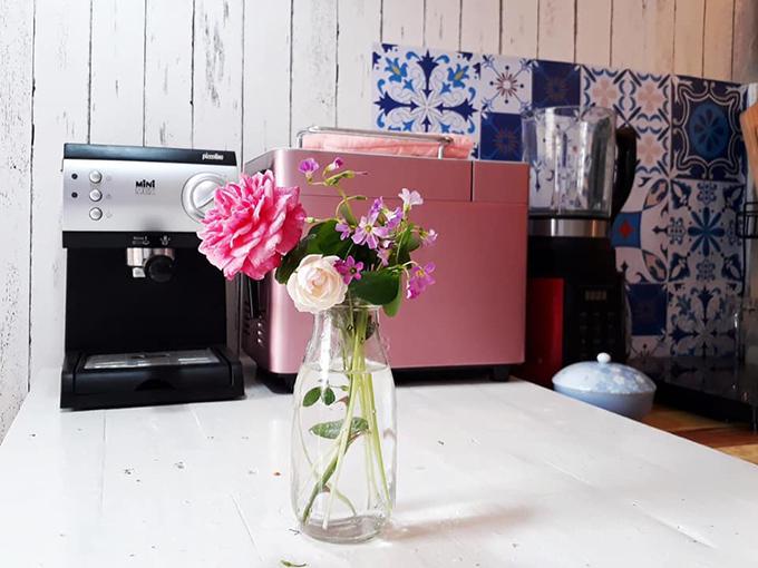 Những đoá hoa thơm ngát được mẹ 8X cắm nơi góc bếp, giúp làm đẹp không gian sống.