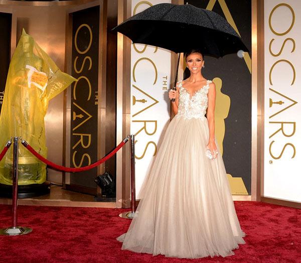 Ngôi sao truyền hìnhGiuliana Rancic đến nhà hát Dolby từ rất sớm và phải che ô trên thảm đỏ. Lúc này, những bức tượng Oscar vẫn chưa được gỡ bỏ nylon trùm ngoài.