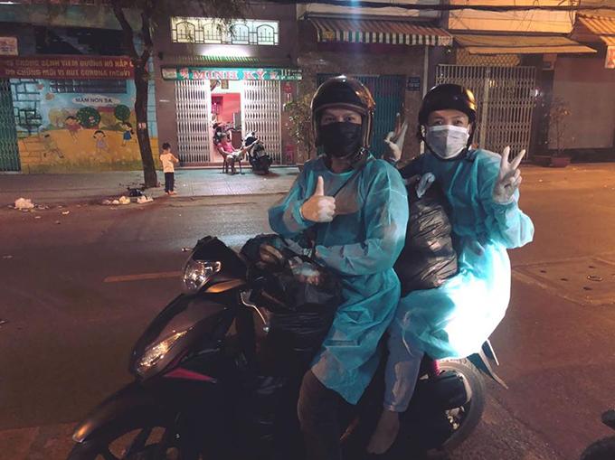 Lê Bê La và Thanh Sơn đi xe máy phát quà cho người vô gia cư tối 31/3.