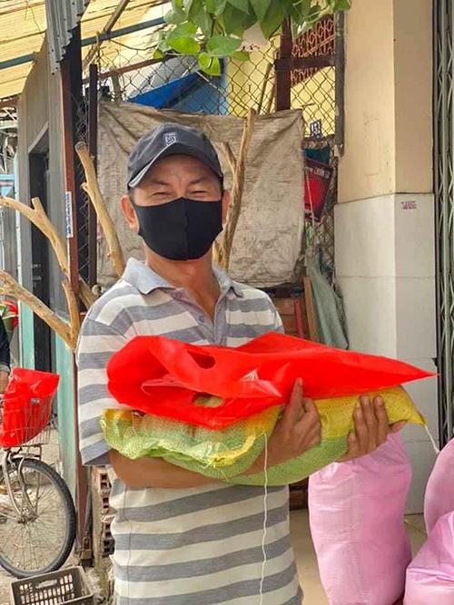 Người dân nhận gạo do diễn viên Đại Nghĩa gửi tặng.