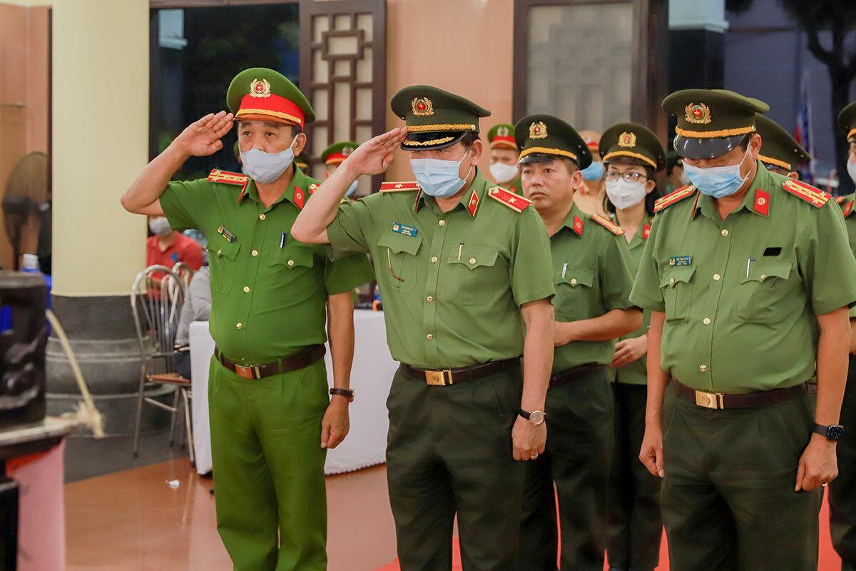 Lãnh đạo công an thành phố Đà Nẵng tại lễ viếng thiếu tá Đặng Thanh Tuấn, chiều 3/4. Ảnh: Nguyễn Đông.