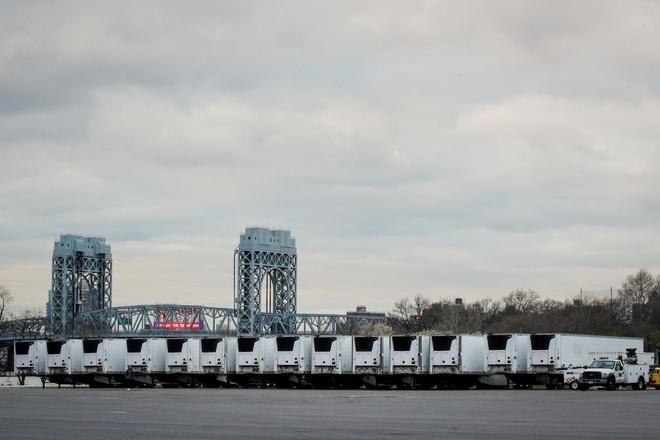 Xe đông lạnh chứa thi thể nạn nhân Covid-19 tập kết tại bán đảo Randall, thành phố New York, Mỹ hôm 31/3. Ảnh: Reuters.