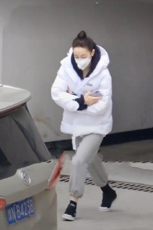 Nhiệt Ba mặc áo khoác dày vẫn co ro trong cái lạnh ở phim trường Hoành Điếm, tỉnh Chiết Giang.