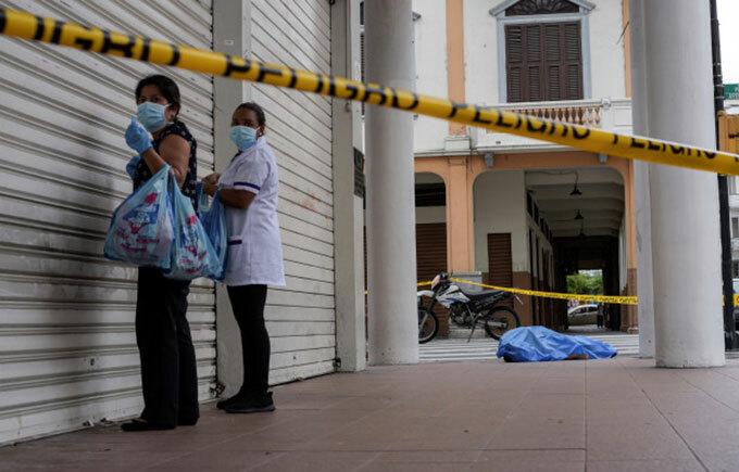 Người chết nằm trên đường phố Guayaquil, Ecuador hôm 2/4. Ảnh: Reuters.