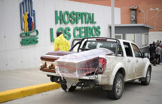 Quan tài chở người chết đến nhà xác bệnh viện ở thành phố Guayaqul, Ecuador hôm 2/4. Ảnh: Reuters.
