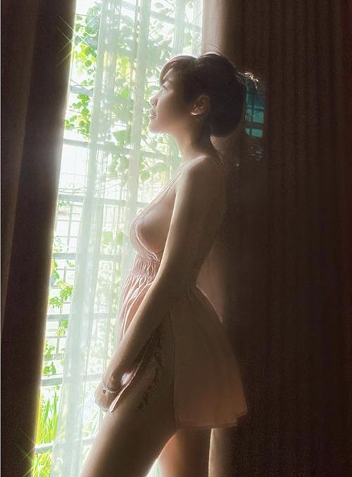 Những mẫu váy hai dây thiết kế trên chất liệu voan,, ren, lụa với khoảng hở táo bạo luôn được Elly Trần yêu thích.