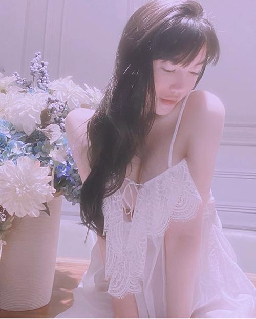 Trong mùa nắng, Elly Trần chuộng các mẫu váy ngủ khi phải ở nhà tránh dịch.