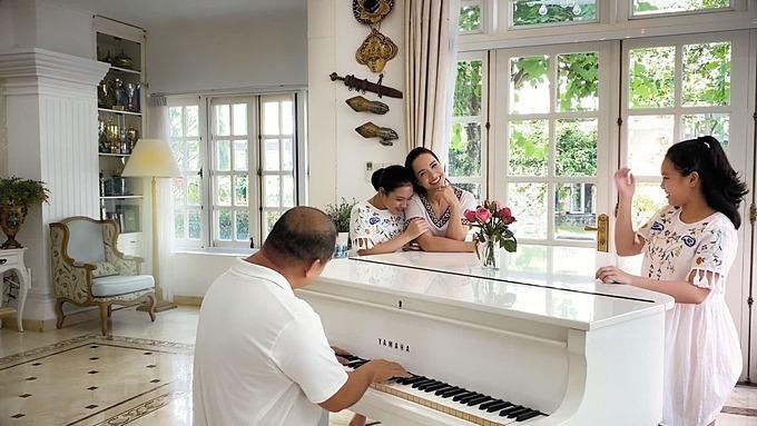 Nhạc sĩ Minh Khang tâm sự: Riêng mình thì cảm thấy có thời gian sống chậm lại và suy nghĩ nhiều điều hơn, quan tâm và yêu thương gia đình nhiều hơn.Nhưng thích nhất vẫn là thời gian đàn cho vợ con nghe.