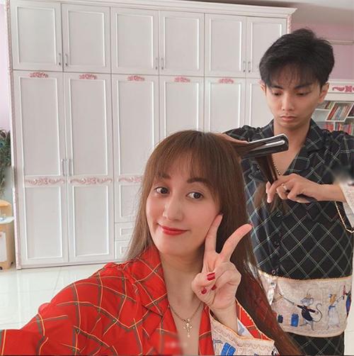 Không chỉ gội đầu cho vợ, Phan Hiển còn tận tình tạo kiểu tóc cho Khánh Thi.