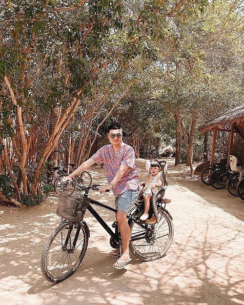 Quang Vinh chở cháu gái đi chơi trong khu nghỉ dưỡng ở Nha Trang.
