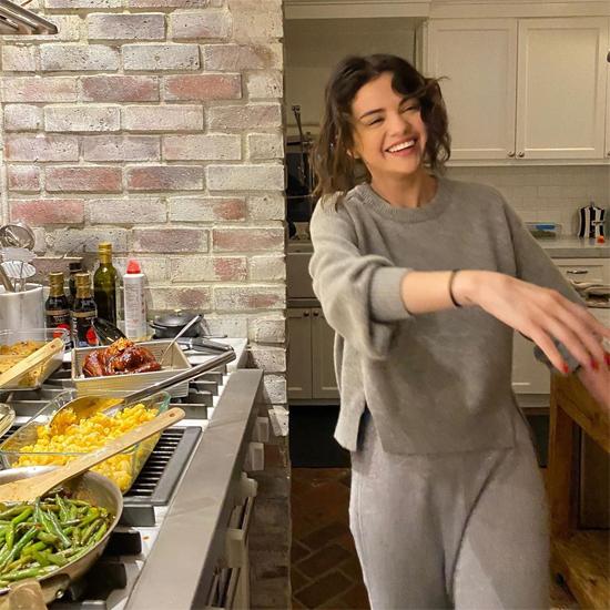 Trên Instagram, Selena chia sẻ bức ảnh vui vẻ nấu ăn ở nhà. Nữ ca sĩ tâm sự: Cố chụp một bức ảnh tỏ ra thật ngầu khi đang nấu nướng nhưng sau đó lại thấy ngượng. Bởi vậy tôi đăng luôn khoảnh khắc này, trông tôi rất vui dù hơi buồn cười một chút. Tôi cũng muốn chia sẻ với các bạn danh sách những tác phẩm tôi đang đọc, những bộ phim và chương trình tôi đang xem giúp tôi sống tích cực qua quãng thời gian này. Hy vọng nó sẽ giúp ích cho các bạn. Selena tiết lộ cô đang đọc cuốn hồi ký Becoming của cựu Đệ nhất phu nhân Michelle Obama và xem The Morning Show trên AppleTV+.