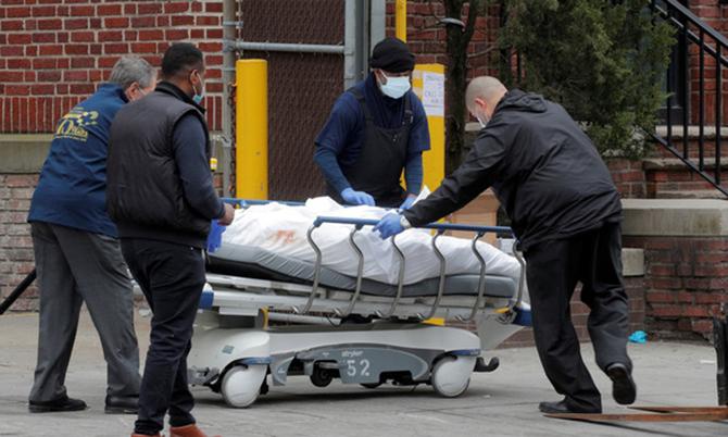 Các nhân viên y tế đưa thi thể nạn nhân Covid-19 ra khỏi bệnh viện Brooklyn, New York, Mỹ hôm 30/3. Ảnh: Reuters.