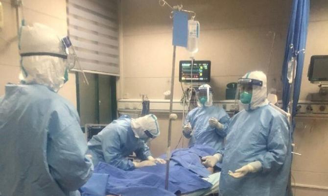 Các bác sĩ ở khoa Hồi sức tích cực bệnh việnZhongnan ở Vũ Hán đang điều trị cho một bệnh nhân Covid-19. Ảnh: SCMP.