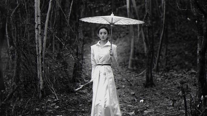 Triệu Lệ Dĩnh là một trong những nghệ sĩ đầu tiên của Trung Quốc trở lại làm việc sau thời gian cao điểm của dịch bệnh. Cô quay tiếp phim Hữu phỉ vào giữa tháng 3. Để thuận tiện cho công việc, người đẹp thuê nhà ở gần phim trường Hoành Điếm, không ở khách sạn cùng đoàn phim. Theo Sohu, thời hạn thuê nhà của Triệu Lệ Dĩnh kéo dài năm tháng. Sau khi sinh con gái đầu lòng, Triệu Lệ Dĩnh mau chóng lấy lại vóc dáng nhỏ nhắn như thời con gái.