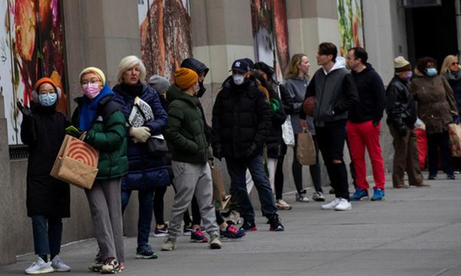 Hàng dài người chờ mua thực phẩm trước cửa một siêu thị ở New York, Mỹ vào tuần trước. Ảnh: Reuters.