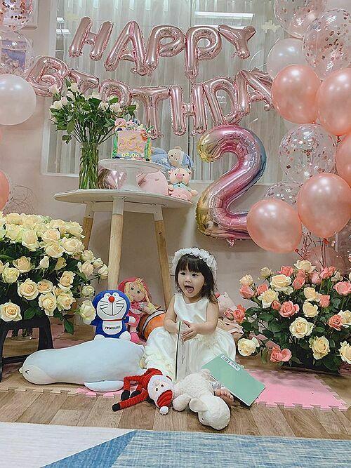 Vợ chồng Tú Vi - Văn Anh tổ chức sinh nhật cho con gái ngay tại nhà và nhắn nhủ: Cún ơi! Sinh nhật vui vẻ nha. Cả nhà yêu con lắm.