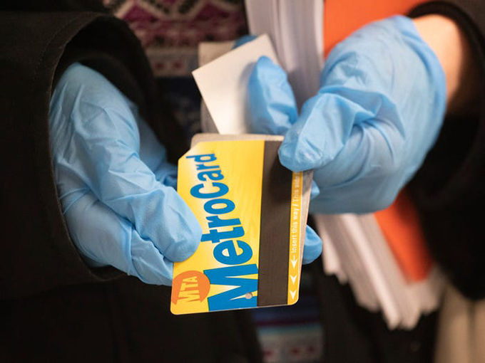 Đeo găng tay khi đi du lịch, trước và trong chuyến bay cũng là một cách tốt để tránh lây nhiễm virus. Đừng quen thay chúng thường xuyên và không chạm vào mặt hay điện thoại và những bề mặt quen thuộc khác.