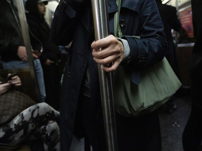 Khách du lịch nên tránh chạm vào bất kỳ bề mặt chung nào ở nơi công cộng, bao gồm nhưng không giới hạn ở các nút thang máy, tay nắm cửa, tay vịn, v.v.  CDC khuyến nghị thay vì chạm vào những bề mặt này bằng tay trần, khách du lịch nên sử dụng khăn giấy dùng một lần hoặc thậm chí là tay áo để che tay hoặc ngón tay nếu họ phải chạm vào thứ gì đó khi đi du lịch.