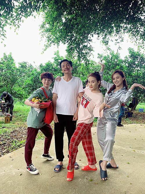 Nghệ sĩ Trung Anh bên ba cô con gái khi quay phim Về nhà đi con phần 2.