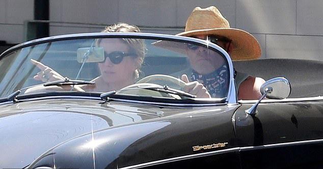 Chris lên xe cùng bạn gái - nữ diễn viên Annabelle Wallis.