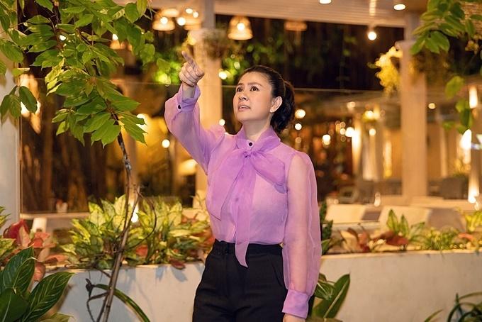 Kim Thư chỉ đạo trang trí nhà hàng trước khi khai trương hồi tháng 12/2019.