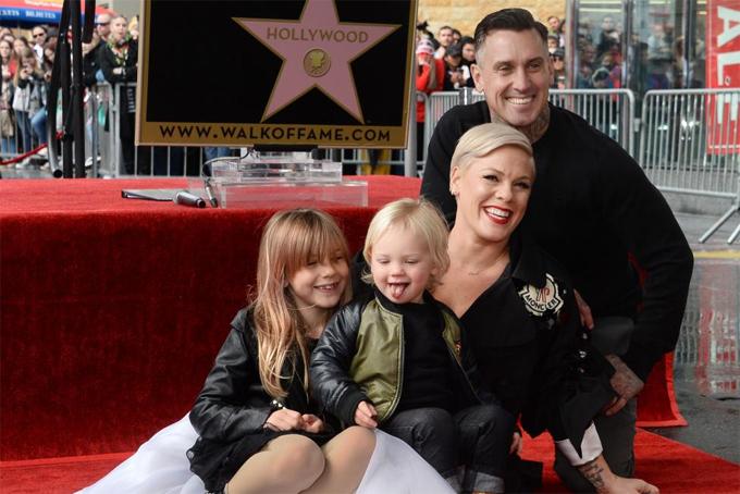 Pink bên chồng và hai con tại lễ gắn sao trên đại lộ Danh vọng Hollywood.