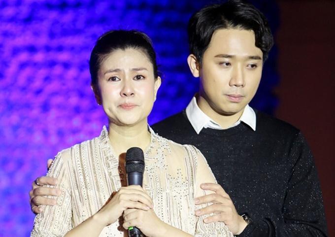 Kim Thư khóc trong tiệc khai trương nhà hàng.
