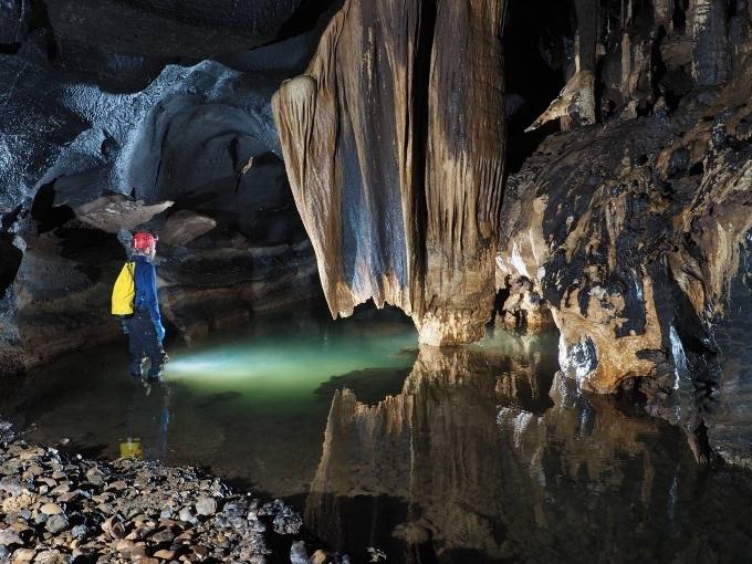 Ông Howard Limbert - người được mệnh danh là Vua hang động ở Việt Nam - dẫn đầu đoàn thám hiểm chuỗi hang động mới ở Quảng Bình. Ảnh Howard Limbert