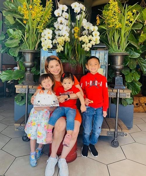 Thanh Thảo bên ba con: bé Jacky Minh Trí (phải), bé Jolie (váy hoa) và bé Talia (giữa).