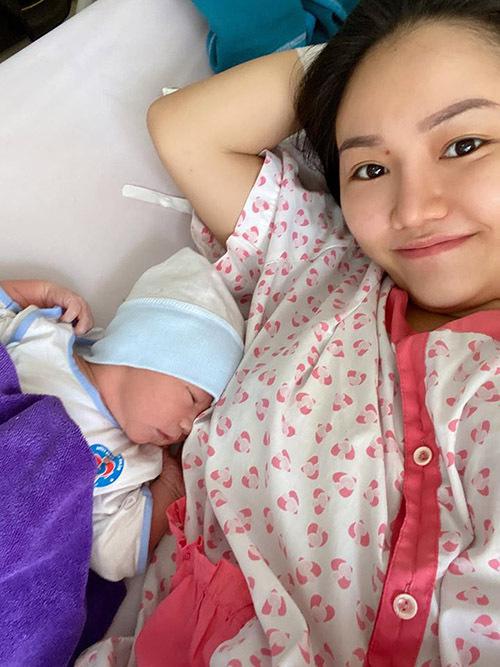 Anh Thuý khoe ảnh con trai mới sinh được một ngày tuổi.