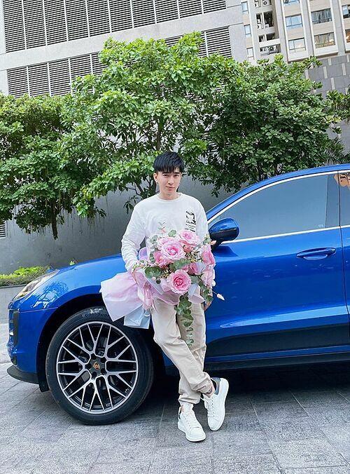 Chi Dân đăng ảnh cầm hoa đi tặng bạn, fan liền dự đoán anh đến chúc mừng sinh nhật Lan Ngọc. Cả hai dính tin đồn bí mật hẹn hò từ lâu nhưng không lên tiếng xác nhận.