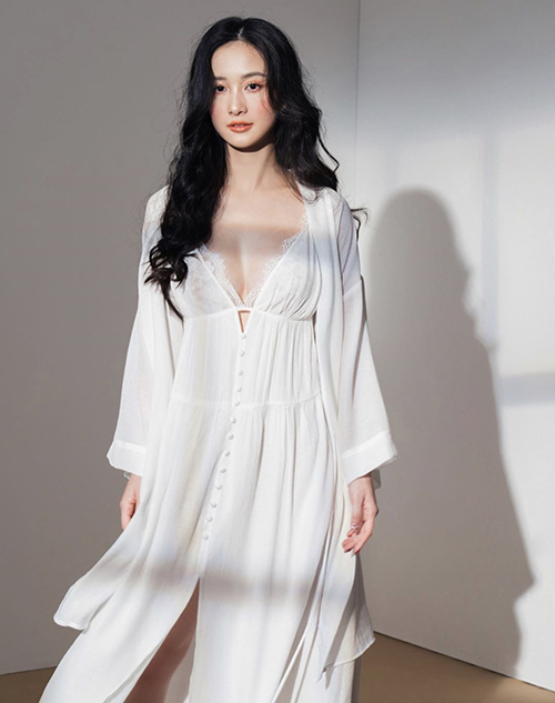 Set đồ tôn nét quyến rũ cho phái đẹp với cách phối hợp áo choàng mỏng đi kèm váy hai dây thiết kế trên vải chiffon lụa.