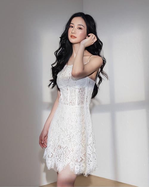 Đầm ren trắng cũng là một trong những món đồ quen thuộc ngày hè. Cùng với chất liệu xuyên thấu, kiểu đầm hai dây càng khiến người mặc gợi cảm hơn.