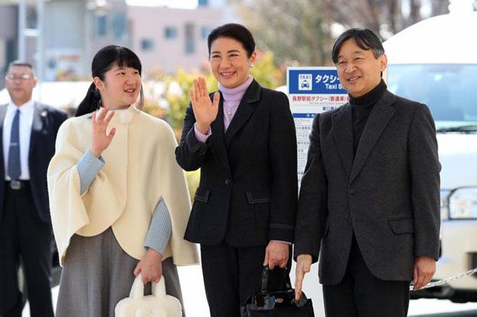Công chúa Toshi bên cạnh bố mẹ mình, Nhật hoàng Naruhito và Hoàng hậu Masako. Ảnh: Asahi Shimbun.