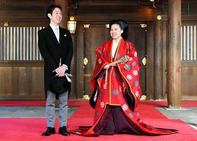 Công chúa Ayako trong đám cưới với nhân viên một công ty vận chuyển hồi năm ngoái. Ảnh: Asahi Shimbun.