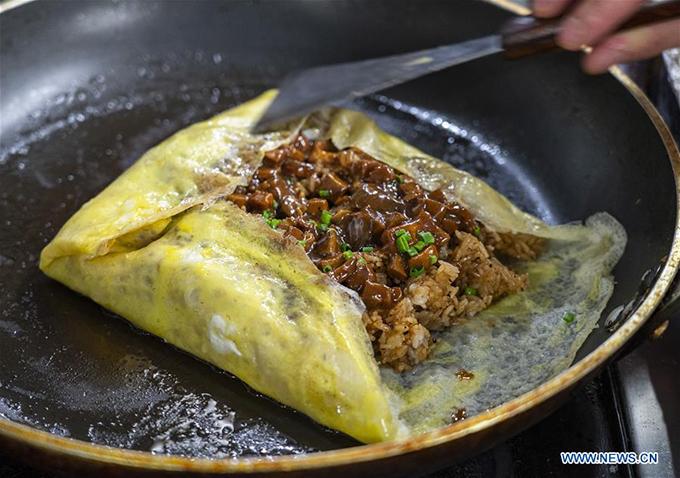 Món cơm thịt bò bọc trong trứng rán - một món ăn được nhiều thực khách yêu cầu ở nhà hàng này.