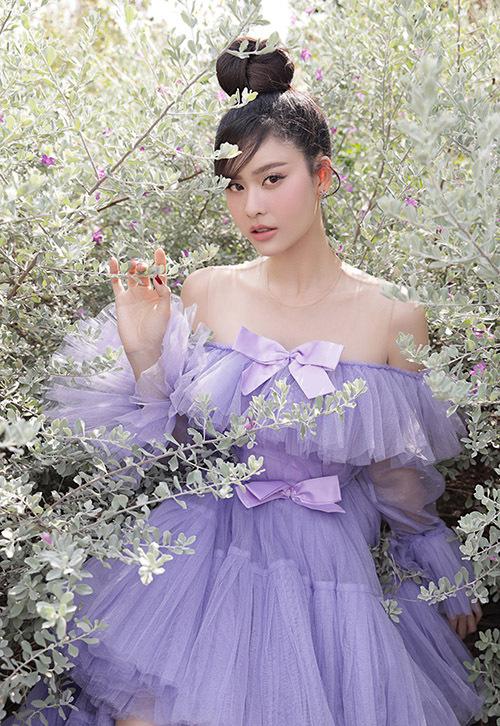 Kiểu váy trễ vai đắp vải xuyên thấu giúp Trương Quỳnh Anh khoe được xương quai xanh và bờ vai thon.