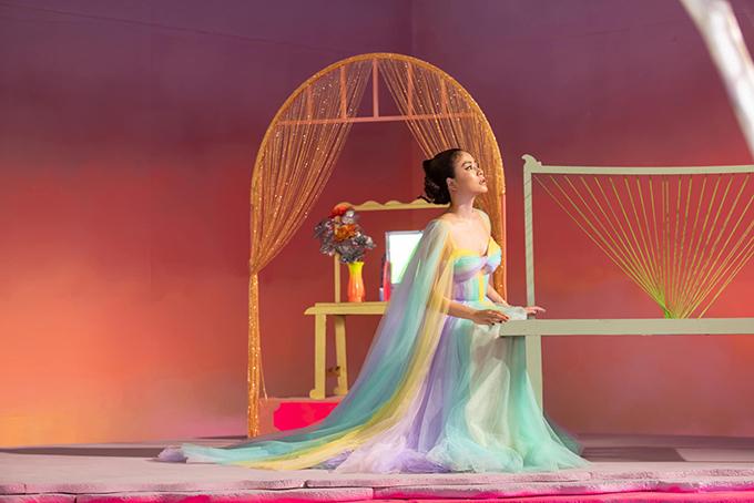 Đầmđa sắccủa Hoàng Thuỳ Linh trong MV mới - 14
