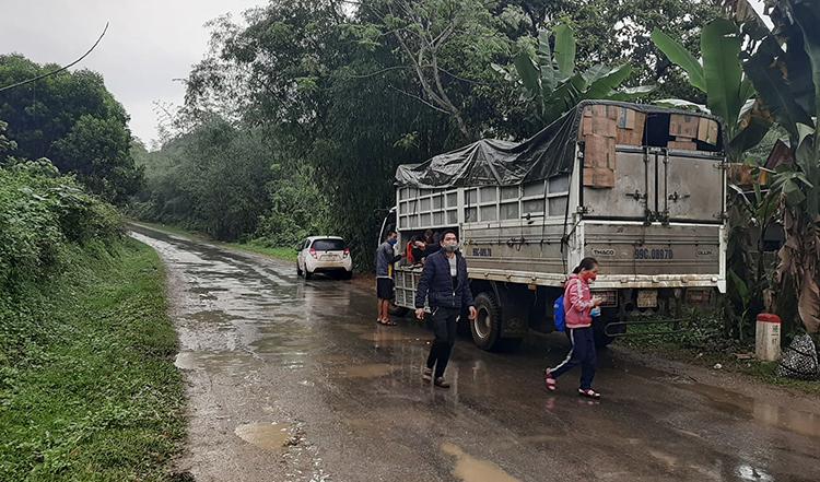 Chiếc xe tải sau đó được vận động chở nhóm người quay về nơi xuất phát.