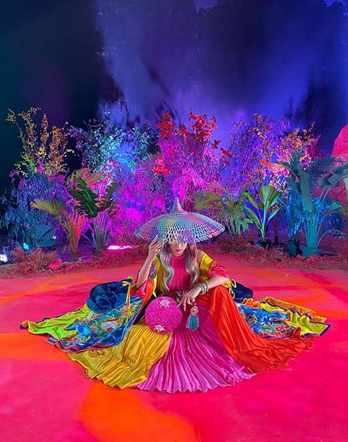 Chất liệu âm nhạc, phong cách thời trang, sắc màu MV mang đậm chất dân gian đương đại giúp Hoàng Thuỳ Linh có được dấu ấn riêng trên con đường âm nhạc. Cô tiếp tục nhận được nhiều lời khen ở MV Kẻ cắp gặp bà già.