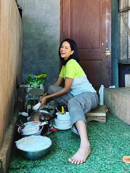 Sau mỗi bữa ăn, cô còn đảm nhận rửa chén. Hoa hậu H'Hen Niê chia sẻ, quãng thời gian này tuy gọi là về quê tránh dịch nhưng cũng giúp cô có dịp ở bên gia đình nhiều hơn, trở lại cảm giác của những ngày còn ở quê với gia đình