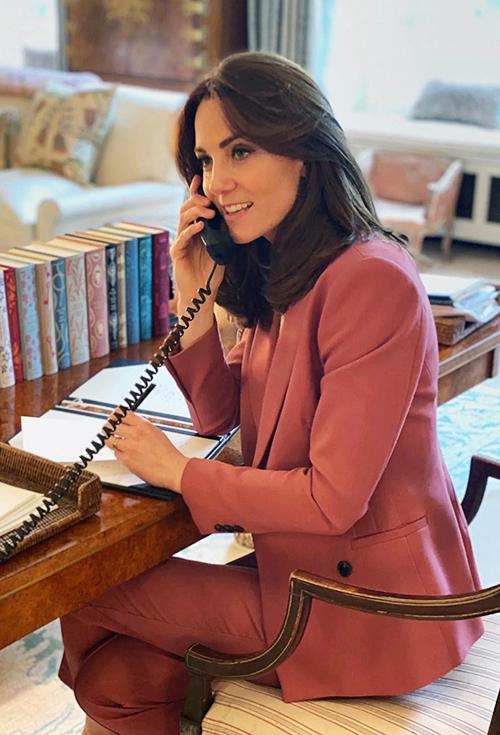 Vợ Hoàng tử William thanh lịch trong bộ suit giá bình dân của Marks and Spencer trong bức ảnh do Điện Kensington công bố gần đây.