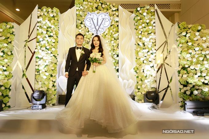 Khắc Việt và bà xã trong tiệc cưới 1/4/2018.