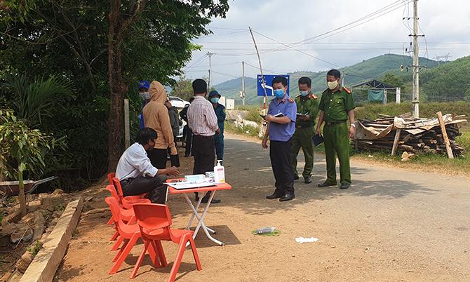 Lực lượng chức năng huyện Phú Ninh khám nghiệm hiện trường, sáng 6/4. Ảnh: Sơn Thủy.