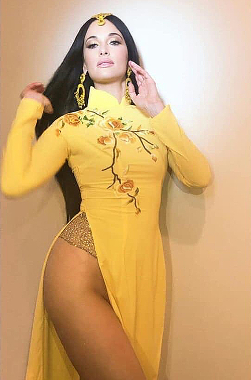Kacey Musgraves gây ấn tượng xấu với trang phục áo dài Việt phá cách.