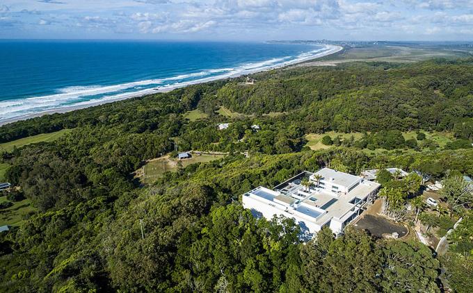 Gia đình Chris Hemsworth hiện sống tại biệt thự 20 triệu USD xây xong vào năm ngoái. Cơ ngơi của tài tử Australia lớn nhất vùng này, nằm trên quả đồi nhìn ra một trong những bãi biển đẹp nhất vịnh Byron.