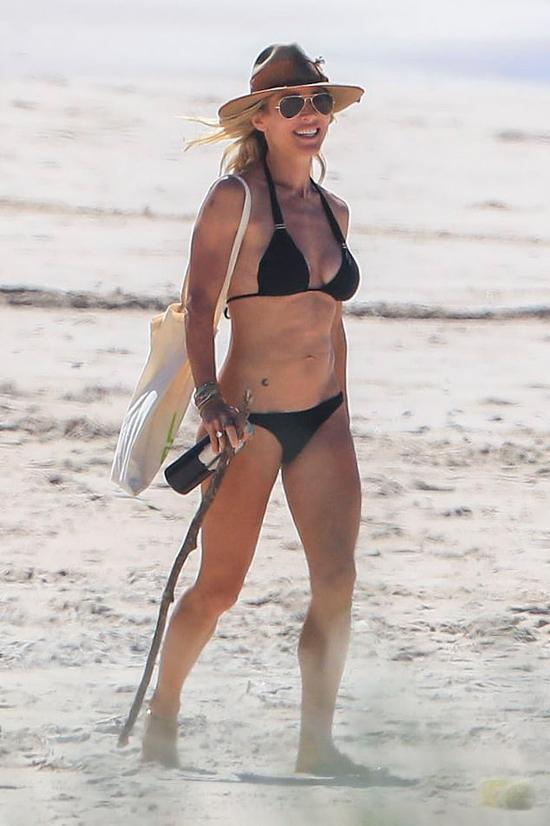 Elsa Pataky mặc bikini tam giác khoe thân hình săn chắc ở tuổi 43.